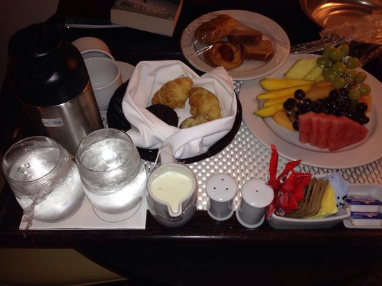 Memories Grand Bahama Beach and Casino Resort: Room service and Olympic Hockey at Memories!!! Awesome.