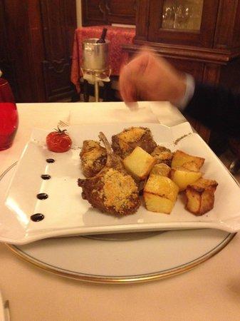 Ristorante Maffei: costolette d'agnello con panure e patate al forno