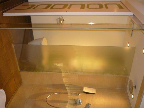 Cocoon Stachus: Bathroom area