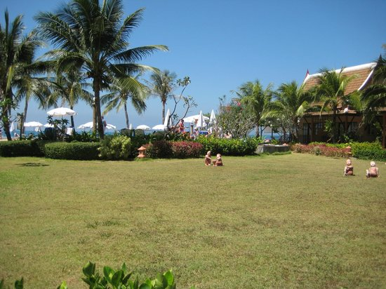 Lanta Casuarina Beach Resort: The garden