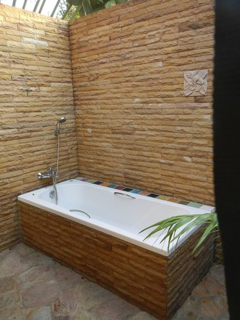 Ban Sabai Spa Village : Bathroom with no ceiling, taking a bath was a treat listening to the birds and seeing the trees