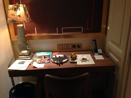 Hotel DO: desk area