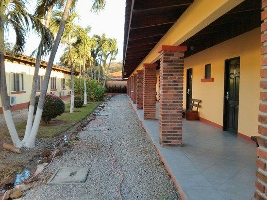 Las Espuelas Hotel: Un des corridors pour se rendre aux chambres