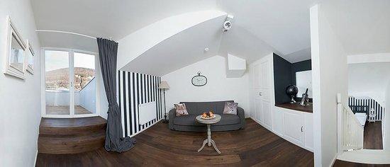 Altstadthotel Kasererbräu: Suite Living room with Balcony