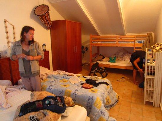 O Jardim Do Vinho: Our room for three on the third floor.