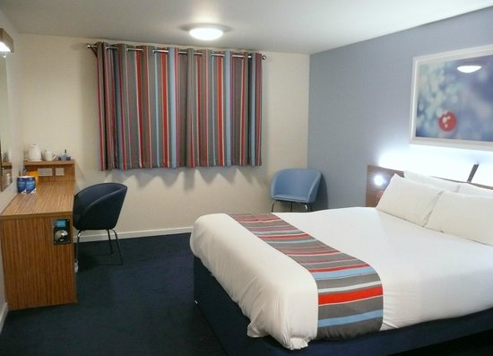 Travelodge Ely: The bedroom and curtains
