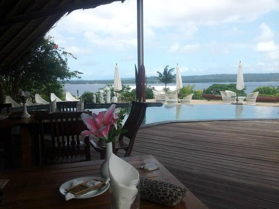 Deco Stop Lodge: View from restaurant/pool over the bay