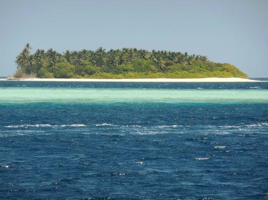 Komandoo Maldives Island Resort: Kudadu - unbewohnte Insel gegenüber der Ostseite