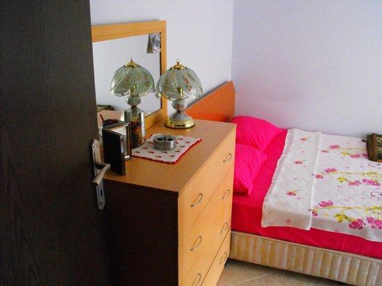 Lella Camlibel & Sut Yumurta Recel: ,Tek kişilik oda