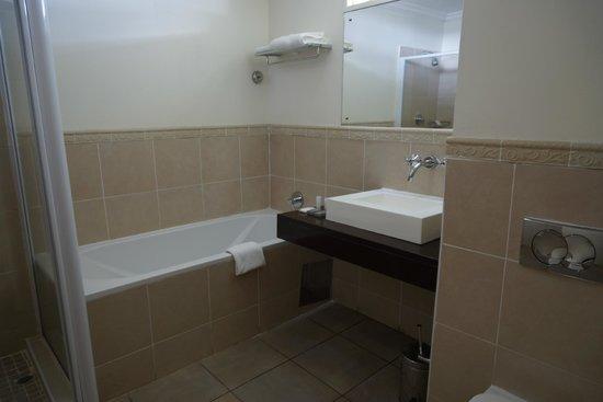 Cresta Thapama Hotel: bathroom