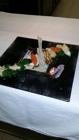La Table du Manoir : Tronçon de turbot grillé , céleri, pousses d' épinard , émulsion à l'encre de seiche .
