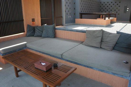 Sri Panwa Phuket Luxury Pool Villa Hotel : Мебель грязная