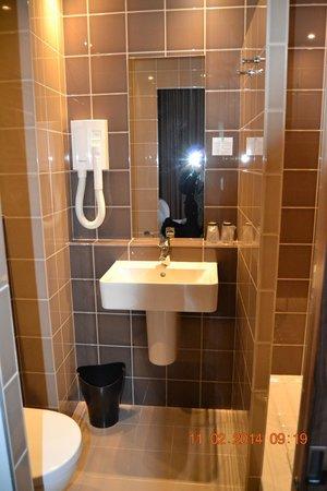 Libertel Gare de l'Est Français : 2ème chambre: salle de bain
