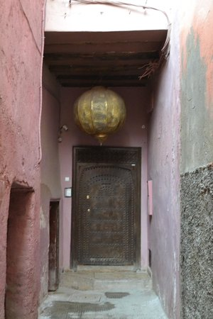 Zamzam Riad : Alleyway to front door
