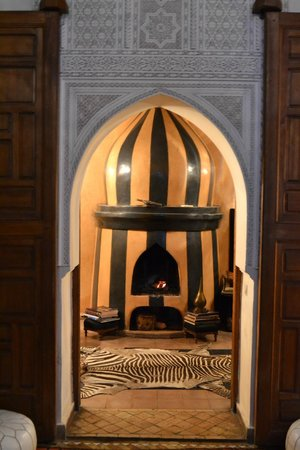 Zamzam Riad: Fireplace in dining area