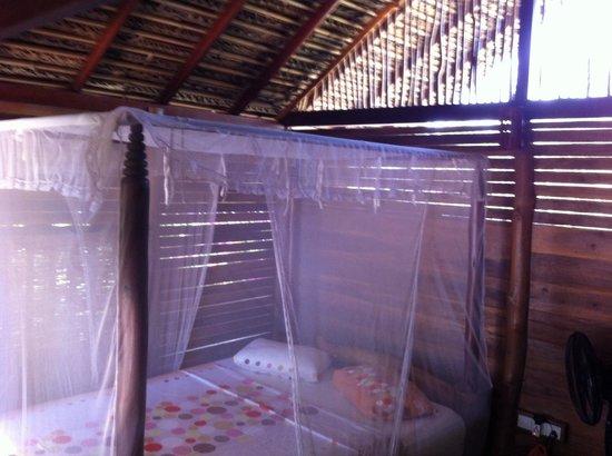 Mangrove Beach Cabanas & Chalets: The bed