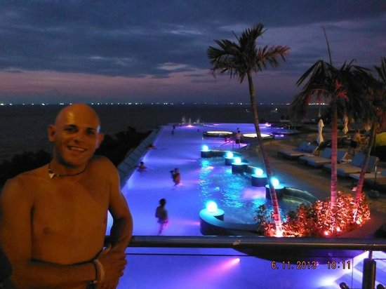 Royal Cliff Beach Hotel: infinity pool at night