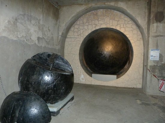 boules de curage des gouts de paris picture of musee. Black Bedroom Furniture Sets. Home Design Ideas