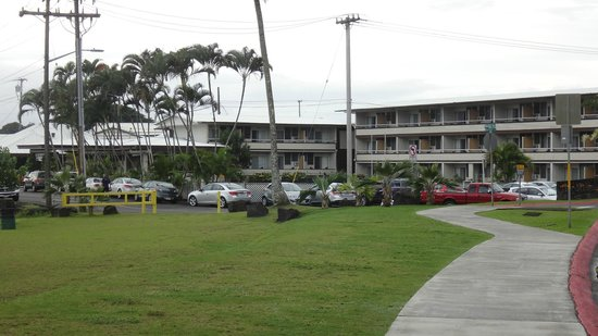 Hilo Seaside Hotel: Front view of the hotel.