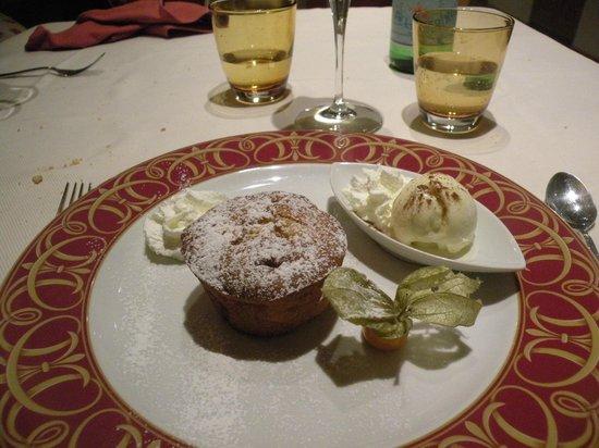 Ristorante Due Pini: soffice di mele con salsa alla vaniglia e gelato