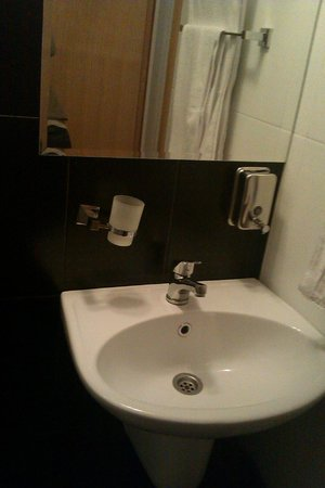 Konaci Apartments: small renovated bathroom