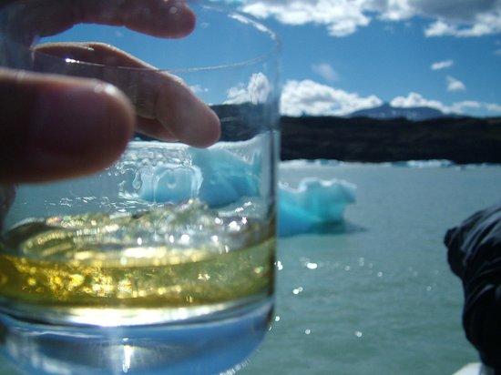 Cruceros MarPatag : Aca termino un pedazo de hielo de glaciar pescado por los marineros de la embarcacion.