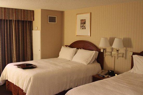 "Hampton Inn NY - JFK: Номер с 2 кроватями размера ""queen-size"""