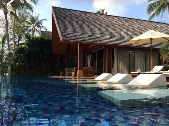 Baan Kilee Villa: Sun loungers in the pool