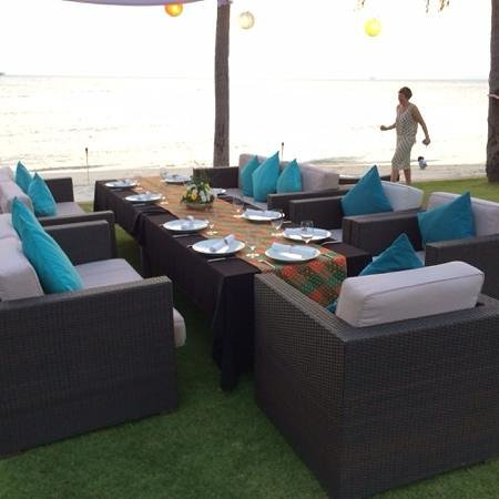 Baan Kilee Villa: Dinner on the lawn at Baan Kilee