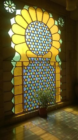 Hotel Hilltop Palace: Beautiful window near reception