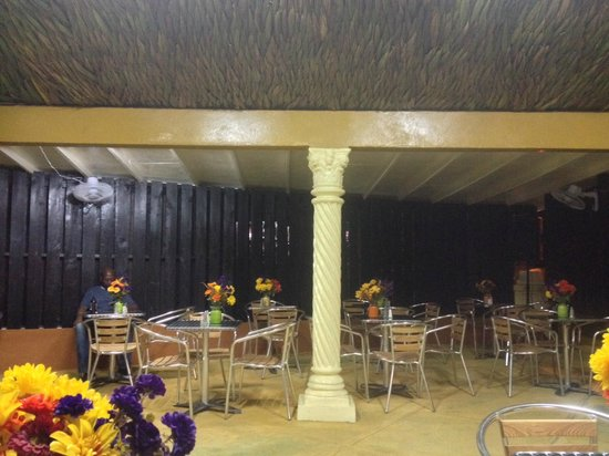 Fancy Seafood Bar and Grill: Outside Garden for fine Dining with candlelight in the evening