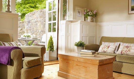 Courtyard Irish Holiday Cottages: lodge cottage livingroom