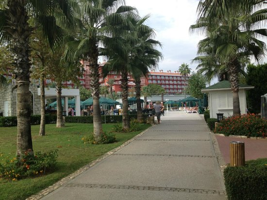 IC Hotels Santai: Дорога с пляжа в отель