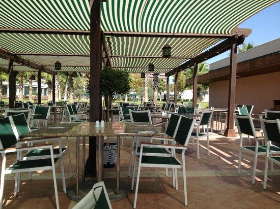 IC Hotels Santai: Кафе на пляже