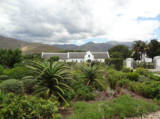 La Motte Wine Estate: Very well maintained gardens and old cape-dutch style buildings