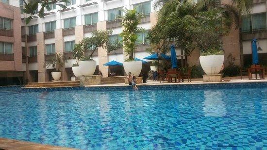 Novotel Jakarta Mangga Dua Square: วิวสระว่ายน้ำ