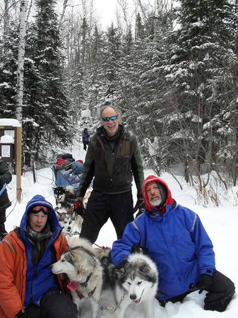 Wintergreen Dogsledding Lodge: My friends and I and the awesome dogs!
