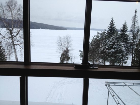 Loon Lodge Inn & Restaurant: A view out the bedroom window onto Rangeley Lake.