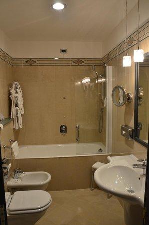 BEST WESTERN Atlantic Hotel: Decent sized bathroom with heated towel rack