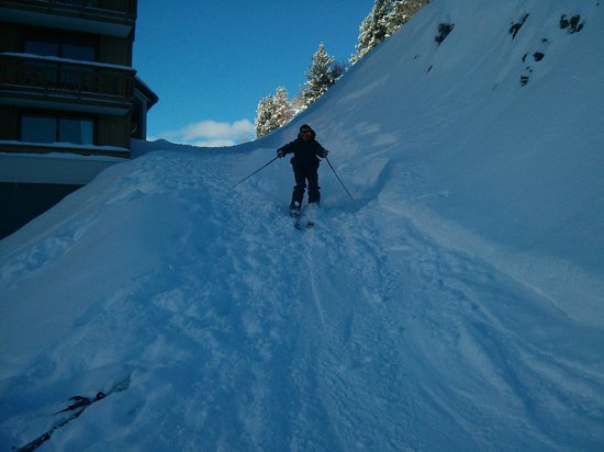 Residence du Soleil: Friend skiing down from 8th Floor (Hotel on right)