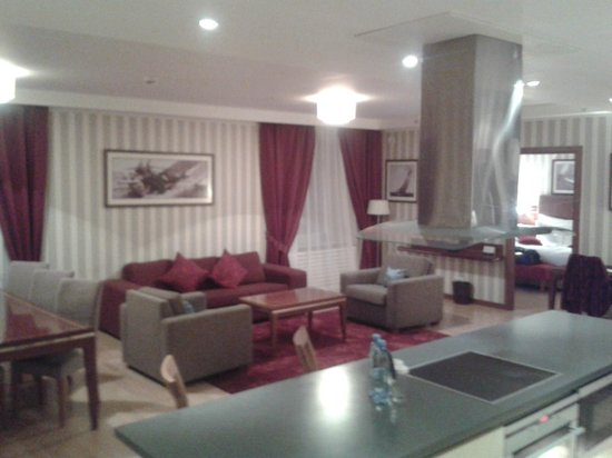 Solo Sokos Hotel Palace Bridge: living-dining-kitchen room of suite