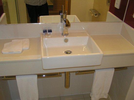 Park Inn by Radisson Abu Dhabi Yas Island: Sink vanity