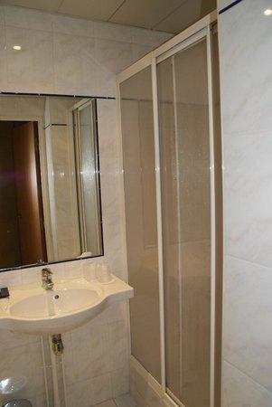Hotel Regence: Salle de bain, chambre 304