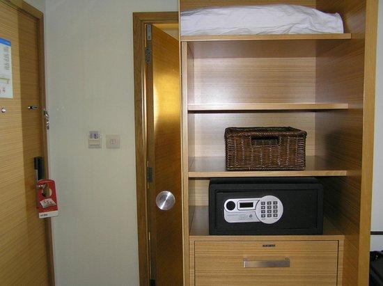 Park Inn by Radisson Abu Dhabi Yas Island: Inside of closet and safe