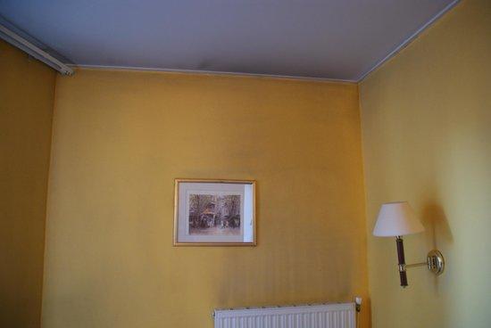 Hotel Regence: Le mur défraîchit de la chambre 304