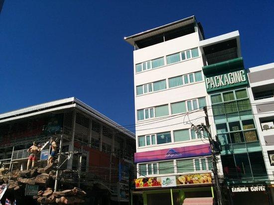 Indigo Patong Hotel: Strassen Ansicht
