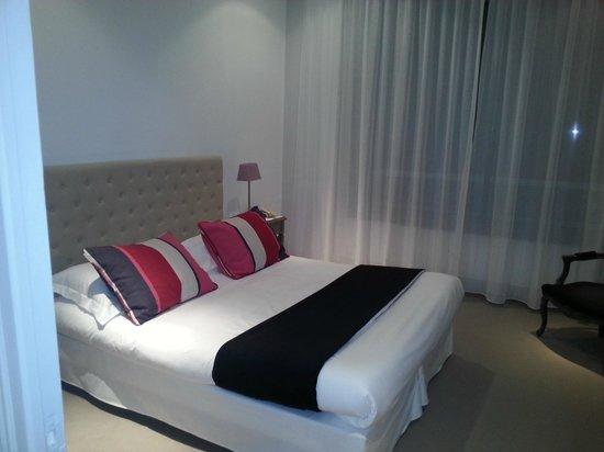 BEST WESTERN Le Renoir: Vue du lit confortable et de la baie vitrée