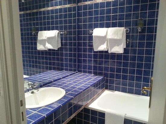 BEST WESTERN Le Renoir: La salle de bains est propre et claire