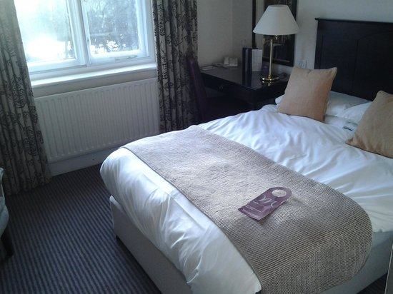 Mercure Shrewsbury Albrighton Hall Hotel and Spa: Bedroom in the original part of the property