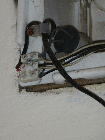 Fort Heritage: cables électriques au dessus de la baignoire...